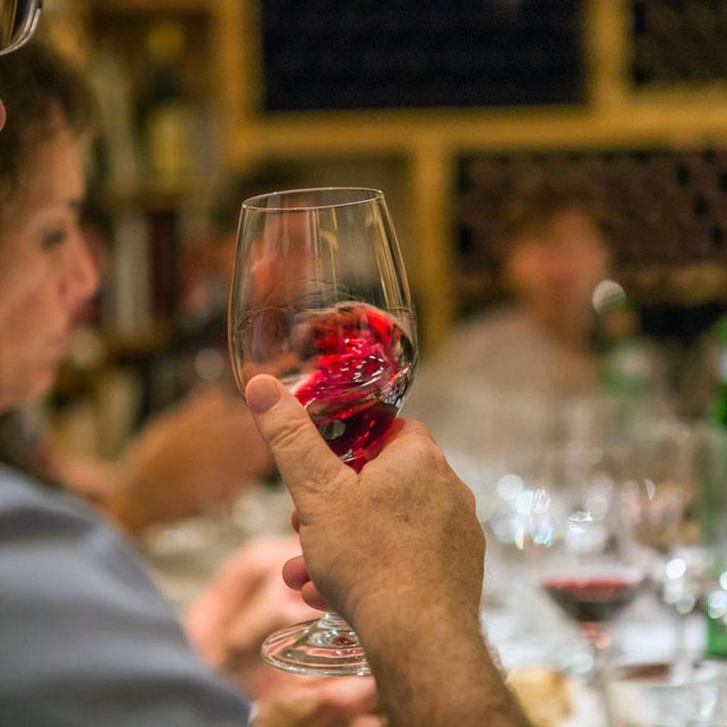 calice di vino rosso in degustazione